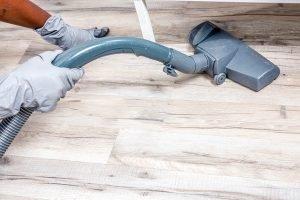 ניקיון בתים עם רצפת פרקט